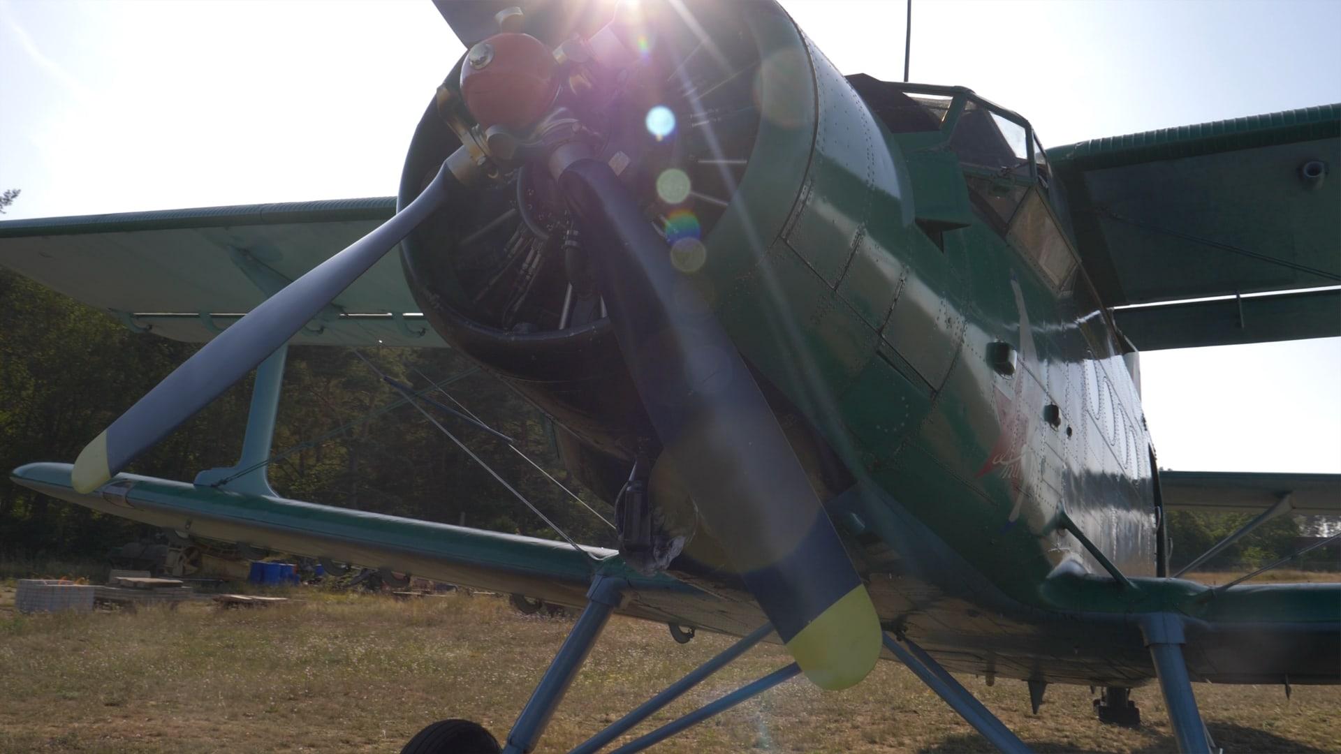 Doppeldecker Propellerflugzeig auf Usedom aufegenommen mit Videographie