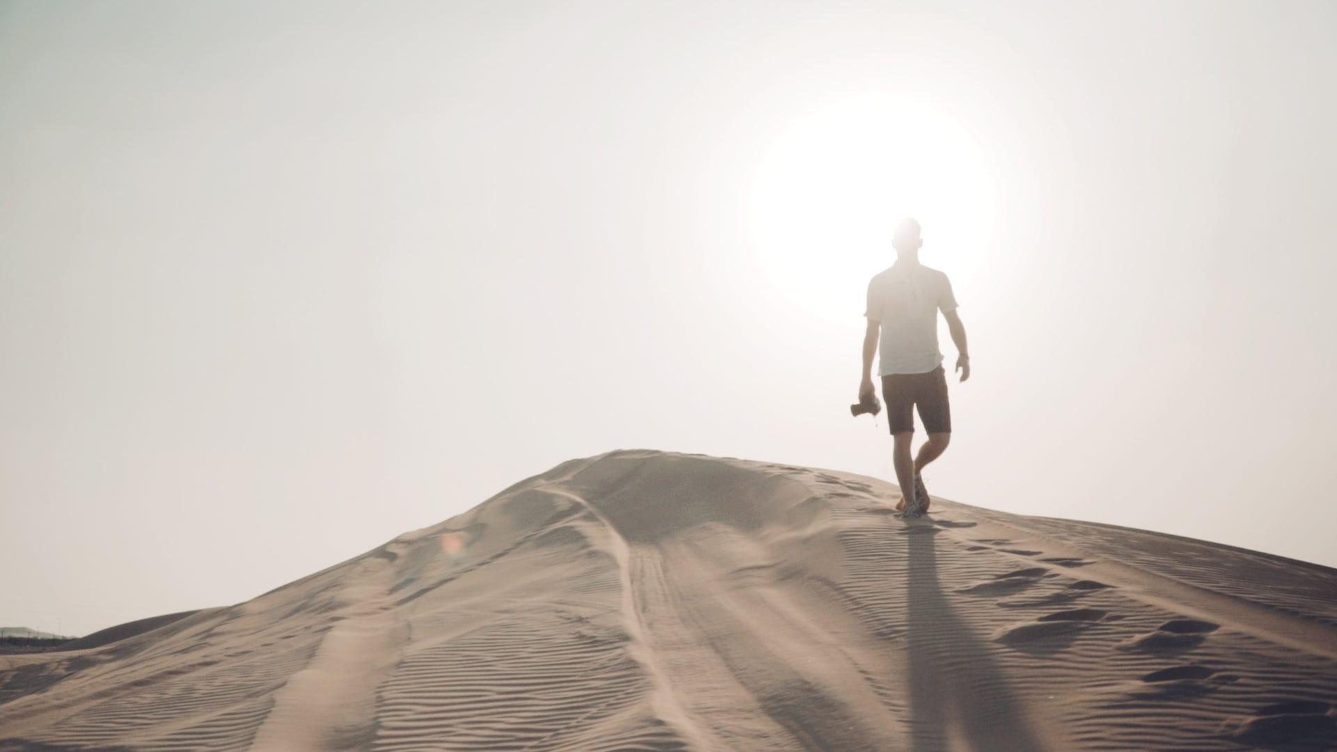 Videographie im Gange in Abhudabi auf einer Düne