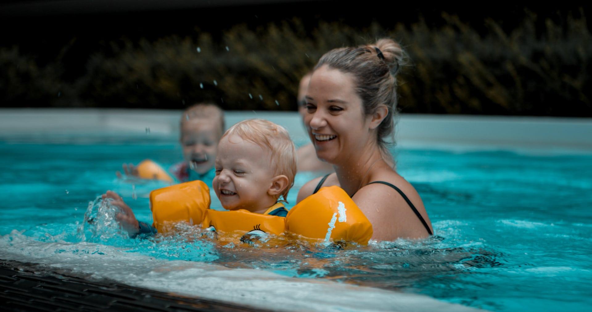 Familie im Novotel Pool Videographie für Imagefilm